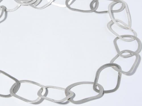 Moderne Silberkette aus unregelmäßigen Ovalen